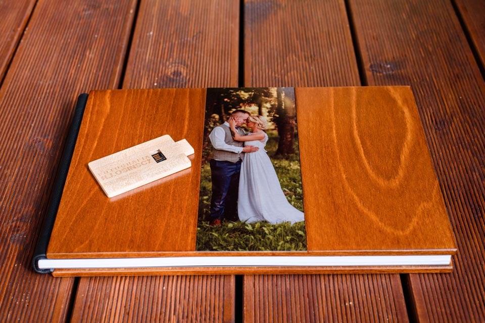 album ślubny i pendrive w drewnie