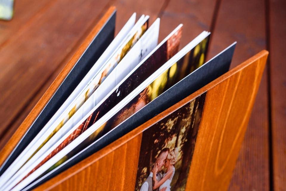 album ślubny w drewnie
